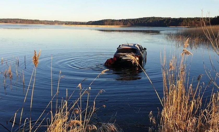Wypadek na Pomorzu. Kierowca wjechał do jeziora