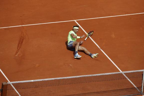 Rafael Nadal je pao na parisku šljaku