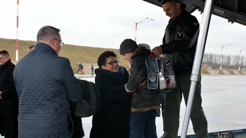 Minister Teresa Piotrowska w styczniu 2015 r. w trakcie sesji zdjęciowej z uchodźcami z Donbasu, fot. mswia.gov.pl/flickr