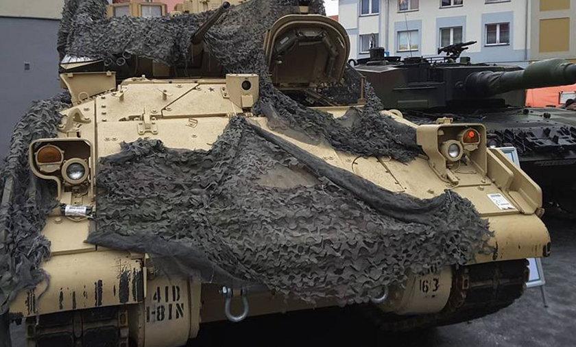 Transport sprzętu wojskowego zahaczył o wiatę dworca