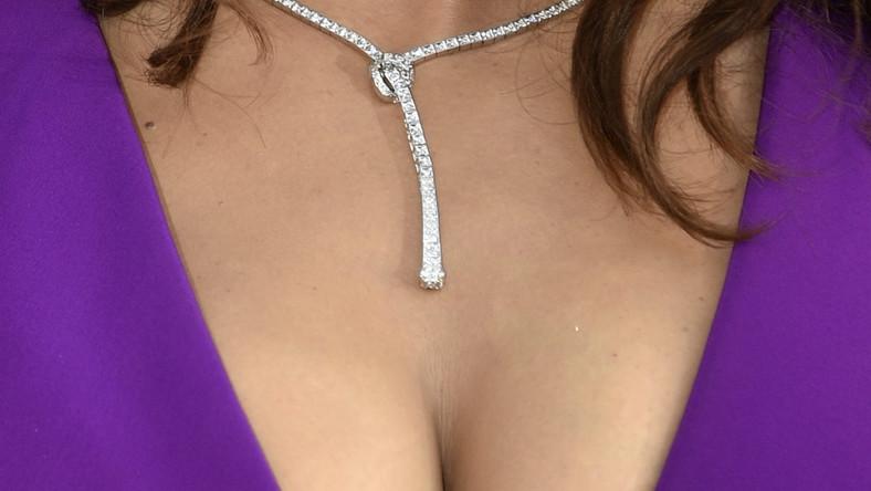 W fioletowej kreacji eksponującej obfity biust 48-letnia aktorka wyglądała znakomicie... I przykuwała uwagęfotoreporterów