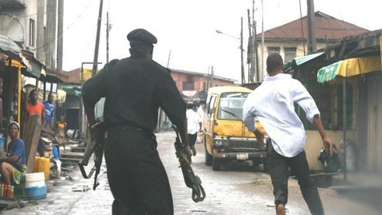 A Nigerian Police chasing a gang member (Illustration / Independent)