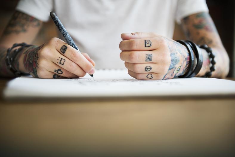Tatuaż Na Nadgarstku żebrach Palcu Przedramieniu Udzie I
