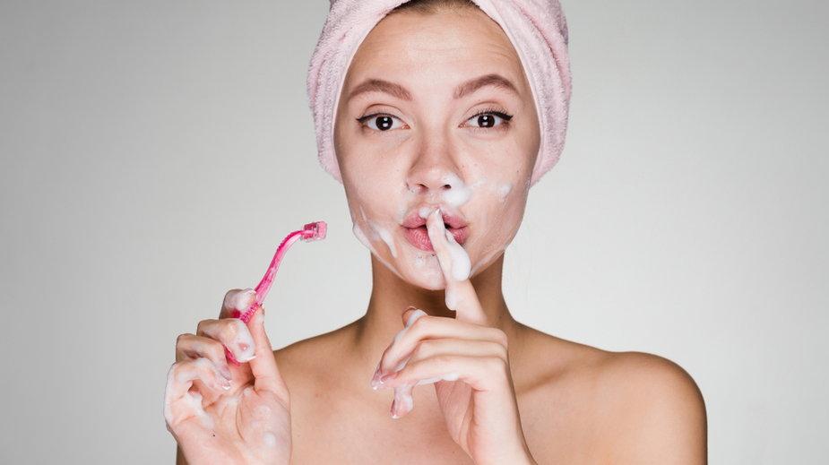 Usuwasz wąsik maszynką do golenia?