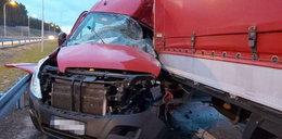 Ciężarówka zmiażdżył busa pomocy drogowej. Ludzie cudem przeżyli