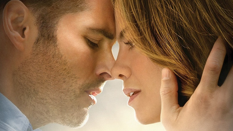"""W ostatnim dziesięcioleciu powstały m.in.: """"Pamiętnik"""" Cassavetesa, """"Wciąż ją kocham"""" Hallstroma, """"Szczęściarz"""" Hicksa i """"Dla ciebie wszystko"""" Hoffmana. W fabułach nie spodziewajmy się wielkich ekstrawagancji. Zwykle jest miłość, młodzieńcza i czysta, potem rozłąka, komplikacje, spotkanie po latach. W """"Dla ciebie wszystko"""" są jeszcze nierówności społeczne, dziewczyna z dobrego domu i chłopak z marginesu, który za wszelką cenę chce wyjść na prostą. Nie dowiemy się od razu, co ich rozdzieliło, spotykają się ponownie po dwudziestu latach. Odtąd rzecz rozgrywa się na dwóch planach czasowych. Problem w tym, że czterdziestoletni bohaterowie w ogóle nie są podobni do siebie z czasów nastoletnich. Młodsi Luke Bracey i Liana Liberato grają zresztą o niebo lepiej od doświadczonych Jamesa Marsdena i Michelle Monaghan"""