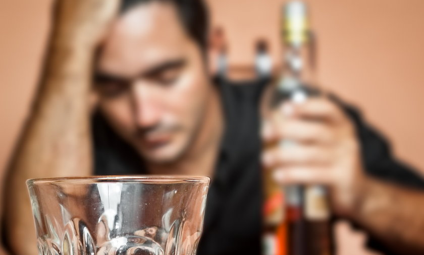 Mężczyzna, alkohol, kac, alkoholik