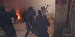 Szokujące sceny na ulicach Warszawy. Agresywny tłum, bitwa z policją, spalone mieszkanie...