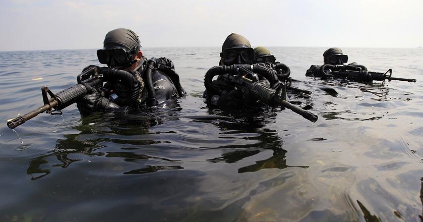 Żołnierze Navy SEALs i jednostki GROM podczas wspólnych ćwiczeń w Gdańsku. Zdjęcie z 2009 roku