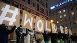 Europejska debata o wolności mediów w Polsce. Padły mocne słowa. Biedroń zaskoczył czarną opaską