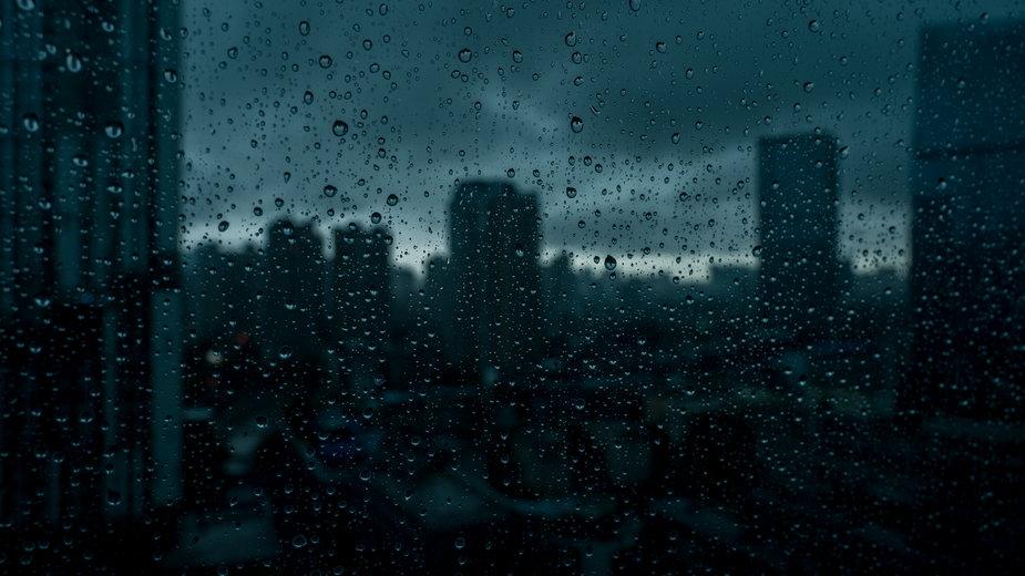 Potężne burze w Chinach, czarne chmury i grad (zdj. ilustracyjne)