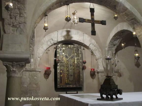 U baziliki danas stoji natpis u kojem se pominju Stefan Dečanski i Milutin