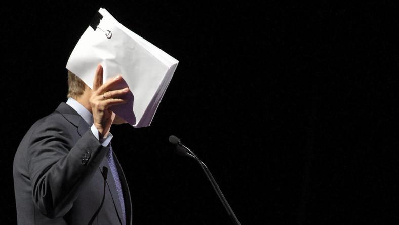 - Jeśli chodzi o dług publiczny, zakładamy i temu podporządkujemy także nasze prace, że spadnie on w 2012 r. do 52 procent i będzie się systematycznie obniżać do 47 procent na koniec 2015 r. Według definicji krajowej długu - mówił w tym samym expose Donald Tusk. Tymczasem państwowy dług publiczny wyniósł w 2012 roku około 840,5 mld zł, czyli 52,7 proc. PKB, zaś na koniec 2013 roku - 53,9 proc.