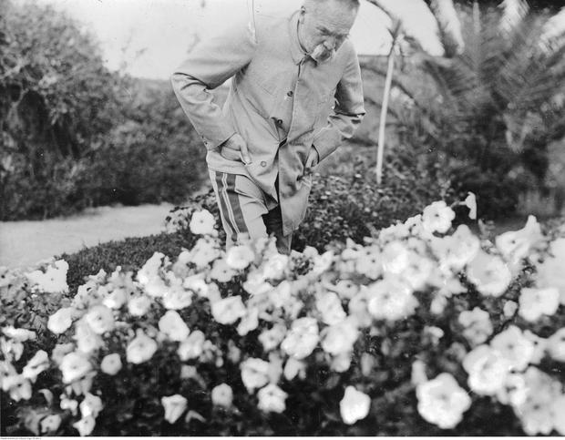 """Józef Piłsudski w ogrodzie swojej willi """"Quinta Bettencourt"""" na Maderze"""