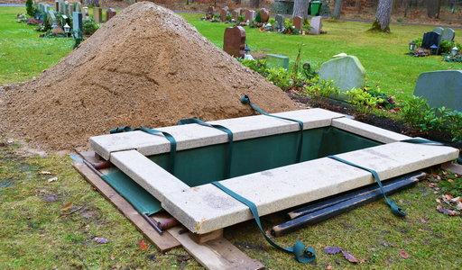 Tragedia podczas pochówku. Pracownik zakładu pogrzebowego nagle osunął się na ziemie. Nie udało się go uratować