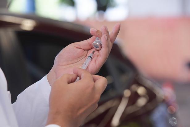 Rozpoczęcie akcji szczepień przez pracodawców rząd planuje na połowę maja