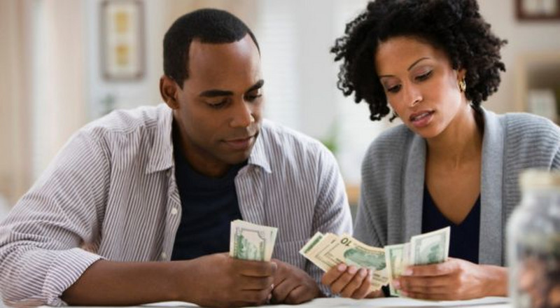 Who should pay bills in a relationship? We got the answer