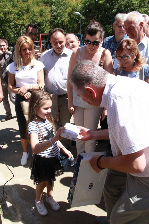 Tablet na poklon: Vladan Kocić sa malom sugrađankom