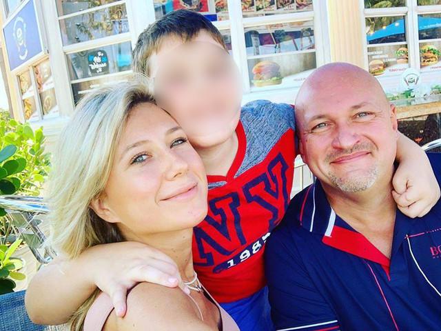 Aleksandar sa suprugom i sinom