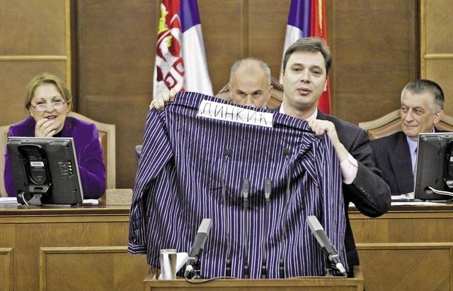 Vučić maše zatvorskom uniformom