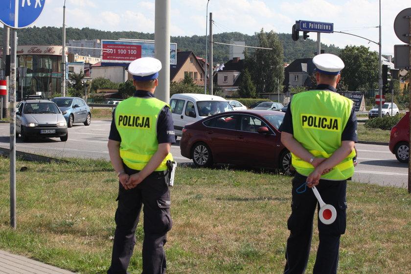 Policjanci kierujący ruchem na obwodnicy w kierunku Gdyni.