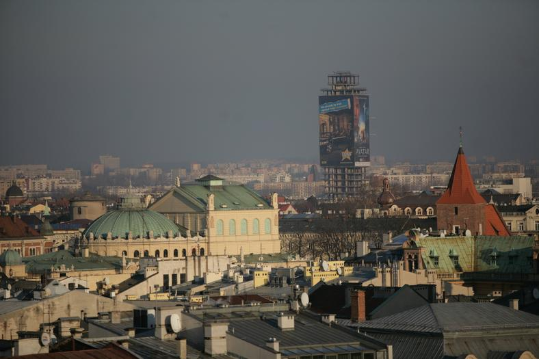 """Widok na """"Szkieletora"""" z wieży ratuszowej. Na pierwszym planie Teatr Słowackiego"""