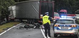Volkswagen wbił się pod ciężarówkę. Zginęła 27-latka