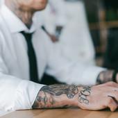 """OD """"ODVRATNO JE"""" DO """"BITNA JE EFIKASNOST"""" Srbi ni u svoja četiri zida nisu načisto šta misle o tetovažama, a kad ih vide u poslovnom okruženju KREĆE VATRENA POLEMIKA"""