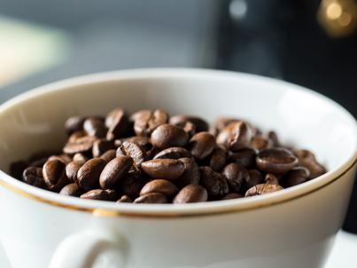 Kofeina zawarta w kawie pobudza organizm i odsuwa moment pojawienia się zmęczenia
