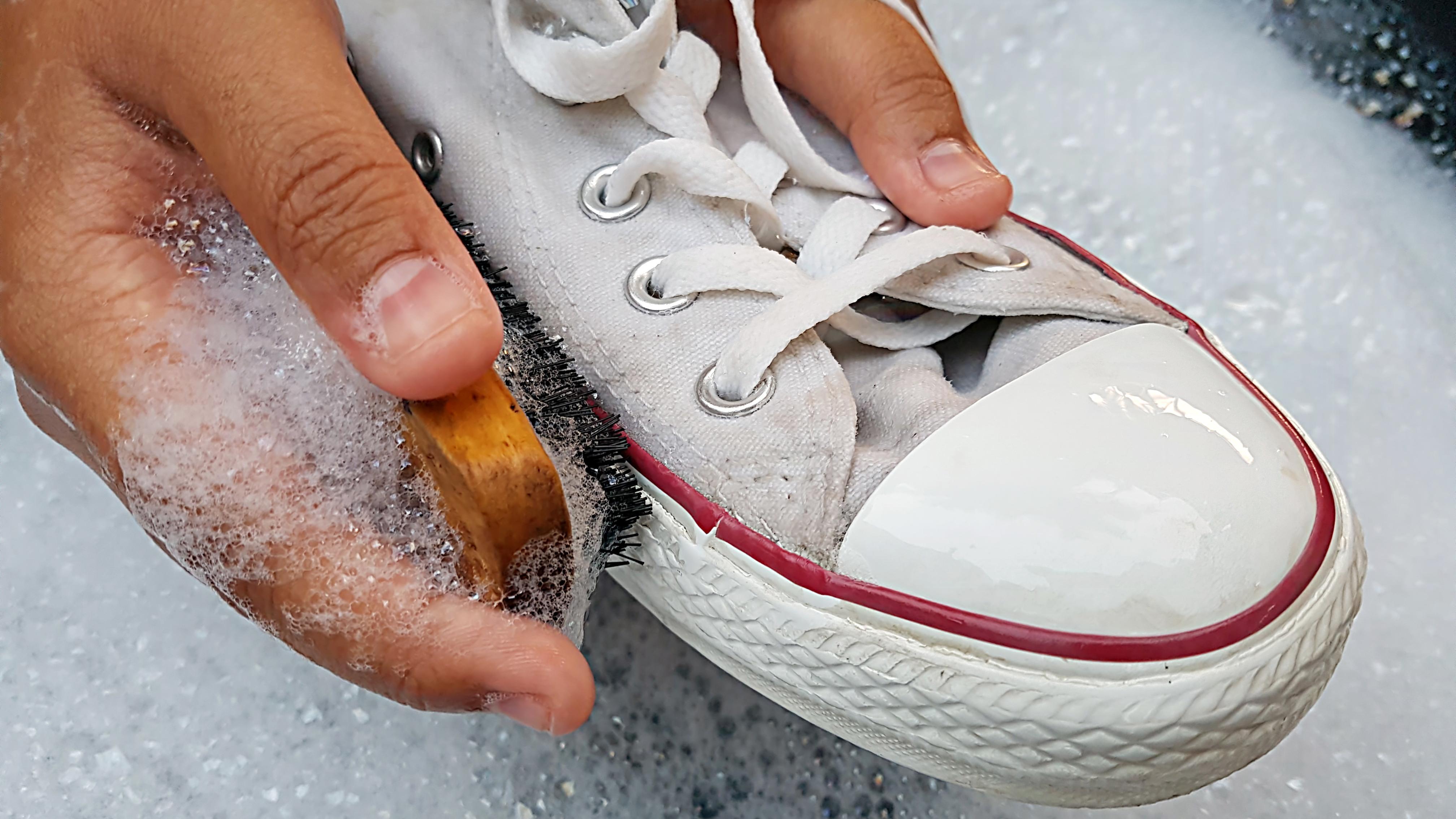 Jak Wyczyscic Biale Buty Skuteczne Sposoby Pasta Do Zebow Wybielacz Dom