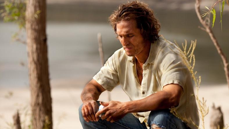 Dwóch nastoletnich chłopców, Ellis i Neckbone, spotyka mężczyznę o imieniu Mud, który ukrywa się na wyspie na rzece Missisipi. Mud opowiada im brzmiącą dość nieprawdopodobnie historię, jakoby zabił człowieka w Teksasie i teraz ucieka przed żądnymi jego głowy łowcami nagród. Twierdzi, że zabierze ze sobą miłość swego życia, urodziwą Juniper, która czeka na niego w mieście