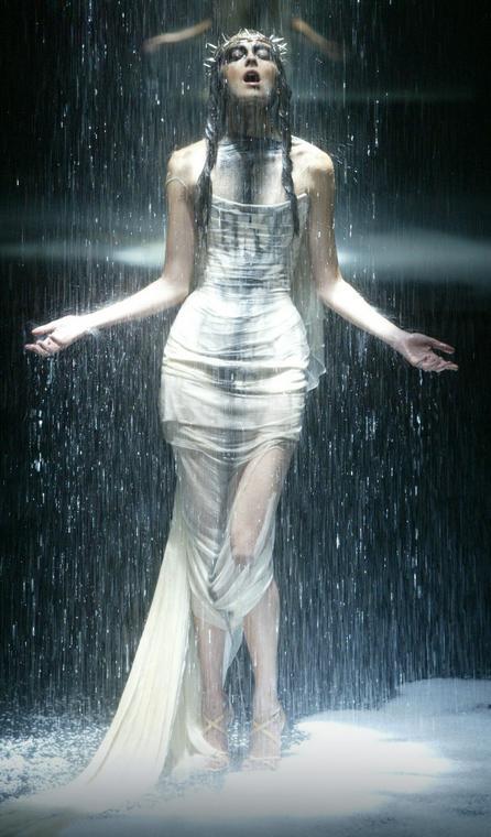 Pokaz marki Alexander McQueen, rok 2004