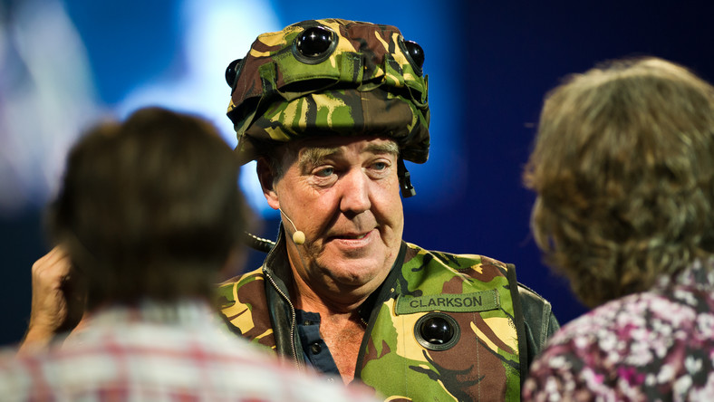 """Jeremy Clarkson został zwolniony z BBC - brytyjska stacja nie przedłużyła kontraktu z gwiazdą programu motoryzacyjnego Top Gear. To efekt kolejnej awantury - w wewnętrznym śledztwie ustalono, że Clarkson ubliżał producentowi za to, że ten nie zorganizował mu ciepłego posiłku - jak twierdzą świadkowie miał go nazwać m.in. """"leniwym, p… Irlandczykiem"""". Na koniec prezenter uderzył producenta """"Top Gear"""". Program miał na całym świecie około 350 mln fanów, dla których Jezza był główną atrakcją na równi z samochodami, które poddawał bezlitosnej ocenie po morderczych i wymyślnych testach. W ciągu 25 lat pracy w stacji Clarkson zasłynął z ryzykownie szczerych i politycznie niepoprawnych wypowiedzi, za które musiał już kilkakrotnie publicznie przepraszać. Balansował na krawędzi - nierzadko wytykano mu rasizm i seksizm. Oto słynne powiedzonka i pomysły, którymi ekscentryczny Brytyjczyk zalazł za skórę Polakom i nie tylko…"""