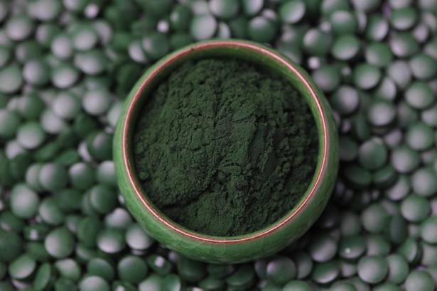 Wodorosty i algi, w tym chlorella i spirulina, to kolejne modne produkty z grona superfoods. Włączenie tych podwodnych roślin do diety jest korzystne m.in dla. prawidłowego działania tarczycy i układu krwionośnego. Do ich stosowania zachęca także działanie przeciwzapalne i przeciwnowotworowe. Wodorosty i algi pomagają także dbać o ciało z zewnątrz, są popularnym składnikiem kosmetyków. Wartość importu dla tej kategorii wzrosła w Polsce w roku ubiegłym aż o 39% w ujęciu rok rocznym, sięgając prawie 10,5 mln zł. Najważniejszym dostawcą wodorostów do Polski jest Francja. - Produktów określanych mianem superfoods wciąż przybywa. Polscy konsumenci polubili odkrywanie nieznanych smaków i coraz chętniej włączają do swojej diety modne nowości. Importerzy żywności powinni więc trzymać rękę na pulsie, bo, jak widać, popyt na te towary może być ogromny – podsumowuje ekspert AKCENTY.