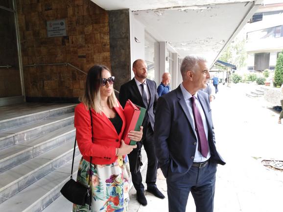 Marija Lukić sa advokatom Borivojem Borovićem ispred suda u Kruševcu