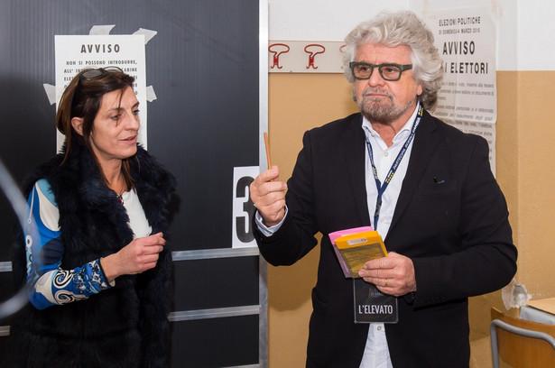 Beppe Grillo podczas głosowania