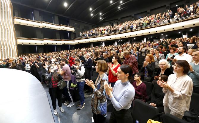 Publika u sali aplaudira ekipi filma i Diani Budisavljević