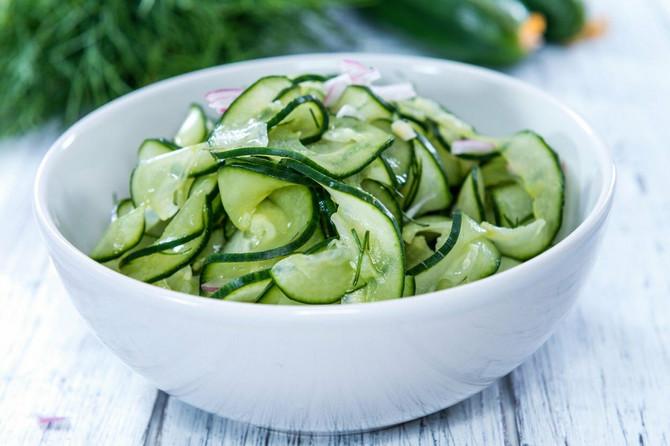 Zdrava salata od krastavaca sa lukom