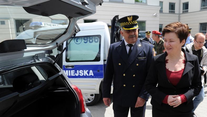 Straż Miejska w Warszawie ma 60 nowych radiowozów - 50 patrolowych i 10 specjalistycznych. W uroczystości przekazania uczestniczyła prezydent Warszawy Hanna Gronkiewicz-Waltz i komendant strażników Zbigniew Leszczyński.
