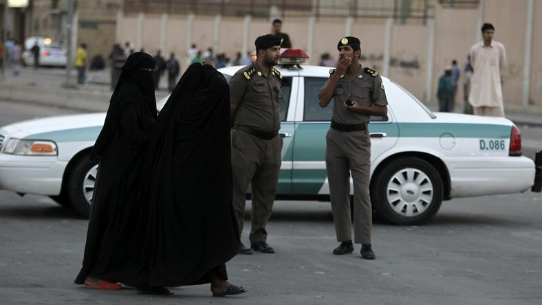 Arabia Saudyjska jest monarchią absolutną; w kraju obowiązuje szariat, czyli surowe prawo islamskie, które m.in. nakazuje segregację płci w miejscach publicznych