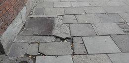 Kraków. Chodniki na Alejach są krzywe i dziurawe