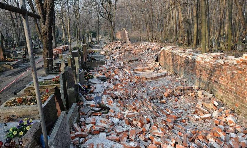 mur powązki zawalony