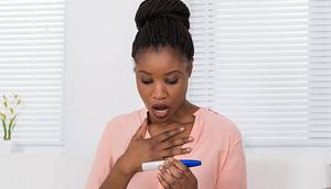woman holding pregnancy kit(istockphoto)