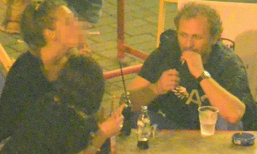 Andrzej Chyra pije w towarzystwie dwóch dziewczyn