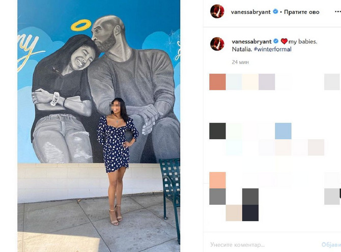 Natalija Brajant sipred murala na kojem su Kobi i Đijana Brajant