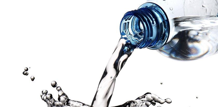 Uwaga! Nie pij tej wody mineralnej! W środku bakterie kałowe