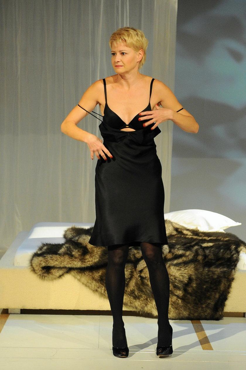"""Małgorzata Kożuchowska w bieliźnie w spektaklu """"Kotka na gorącym blaszanym dachu"""" w Teatrze Narodowym"""