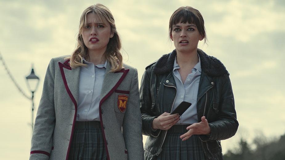 """Kadry z 3. sezonu """"Sex Education"""". Na zdjęciu: Aimee Lou Wood jako Aimee Gibbs i Emma Mackey jako Maeve Wiley"""