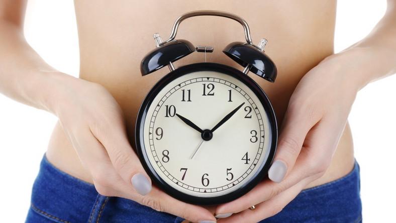 Kobieta trzyma zegar