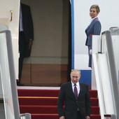 NIGDE NE LETI BEZ NJE Ova plavuša je Putinova OMILJENA stjuardesa